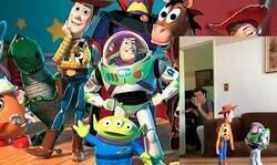 Enlace a Un padre hace creer a su hijo que los muñecos de Toy Story son como los de las películas y la reacción del pequeño vale oro, por @AntitosBassi