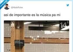 Enlace a Etiqueta a esa o ese colega que se pone música hasta para ir al lavabo, por @AbdeRules