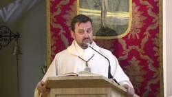 Enlace a Una cuenta recopila los fragmentos de los sermones más randoms del Padre Emilio y todos y cada uno de los vídeos son una joya única, por @ppastosos