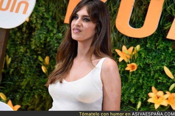 66724 - Sara Carbonero se presenta a un acto sin sujetador y lo enseña todo