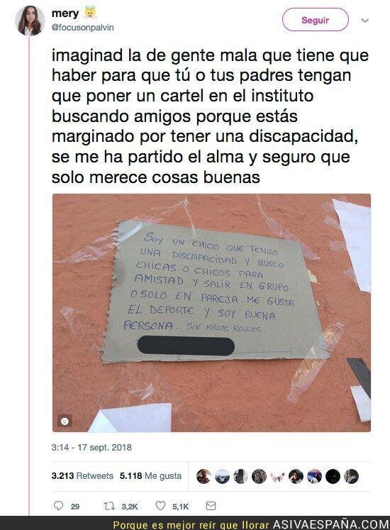 93471 - El cartel que se encuentra esta chica en Sevilla de un chico con diversidad funcional que necesita amigos
