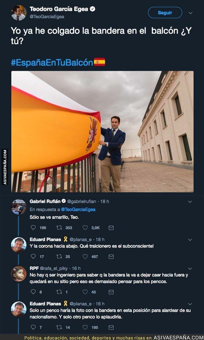94623 - Teodoro cuelga la bandera de España en el balcón y la foto le juega una mala pasada