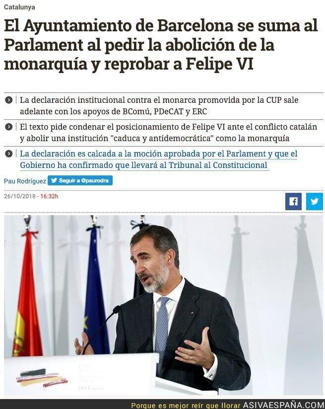 96106 - El Rey Felipe VI sigue los pasos en el ayuntamiento de Barcelona como en el Parlament y es reprobado