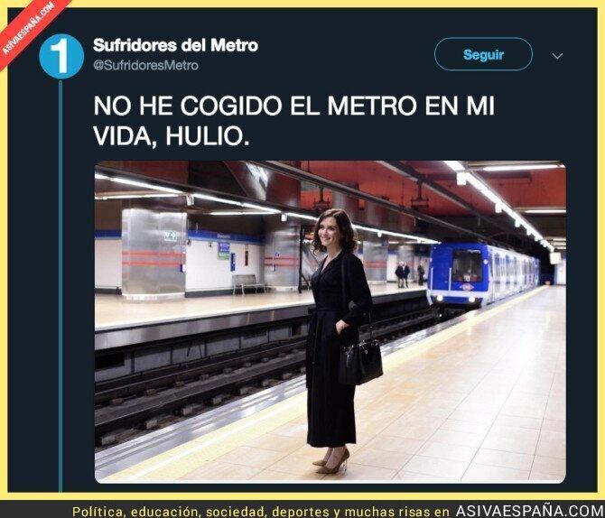 107019 - Isabel Díaz Ayuso, candidata a la Comunidad de Madrid por el Partido Popular cogiendo el metro sin pasajeros en los andenes, lo normal