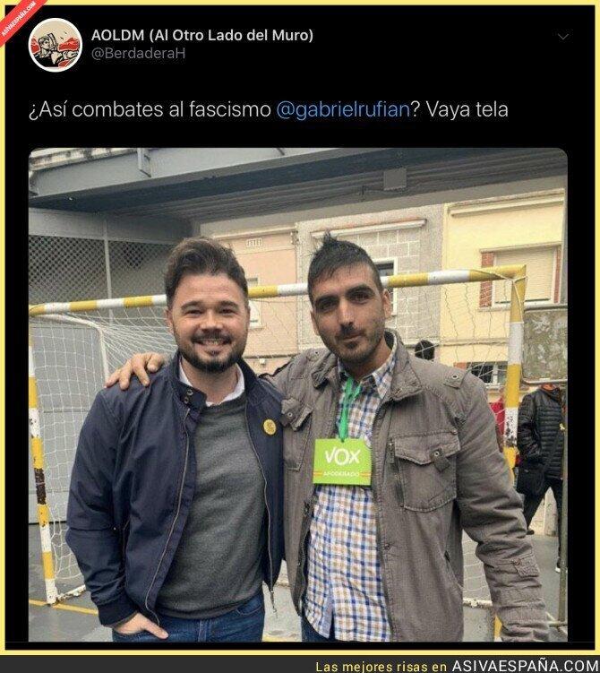 126649 - La polémica imagen de Gabriel Rufián con un apoderado de VOX