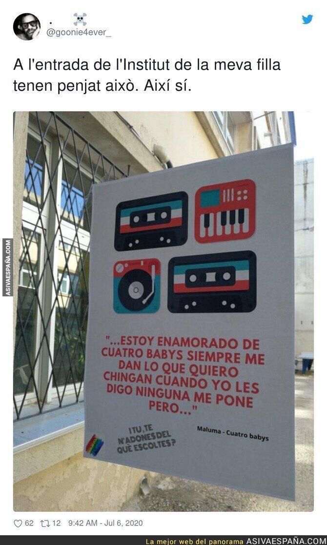 258258 - Los carteles en la puerta de una escuela