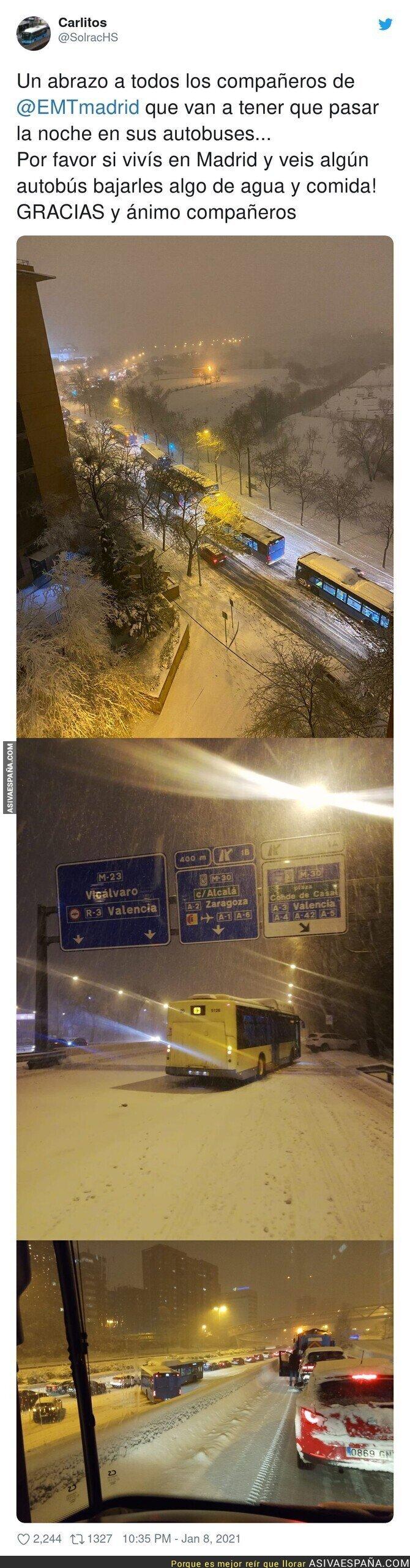 541161 - Así han pasado la noche muchos autobuses de Madrid