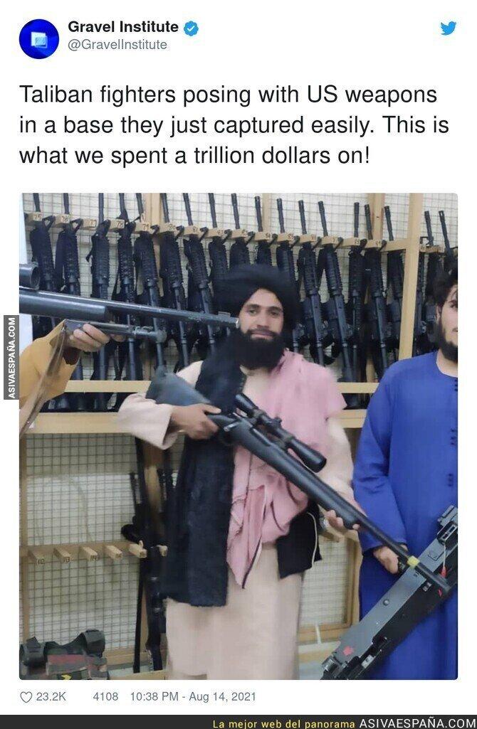 874234 - Los talibán posando con las armas estadounidenses