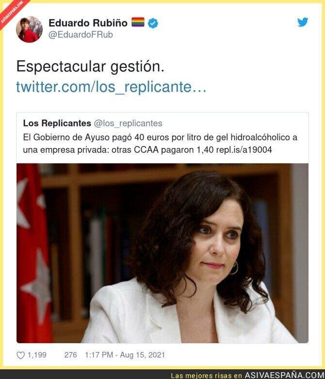 876241 - Isabel Díaz Ayuso pagando el gel hidroalcóholico como si fuese oro