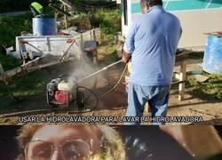 Enlace a Se lava a sí misma mientras trabaja...