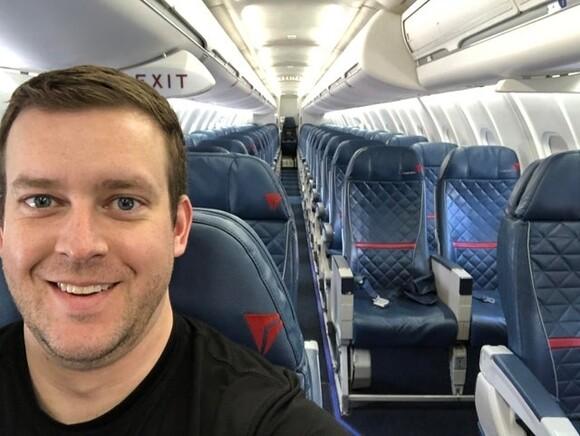 9309 - Todo el avión para él