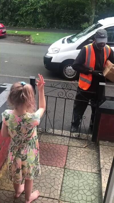 18316 - Esta niña aprende lengua de signos para poder darle las gracias al repartidor que ha conocido durante la cuarentena