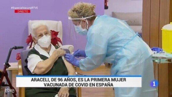 21377 - Araceli, de 96 años, primera persona vacunada contra la COVID-19 en España