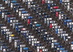 Enlace a Vista aérea de un parking en Frankfurt, Alemania.