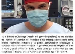 """Enlace a La """"extraña"""" decisión de un médico de escribir su nombre en el gorro de quirófano está cambiando la seguridad en hospitales de todo el mundo"""