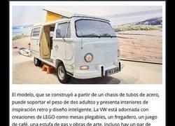 Enlace a Una furgoneta Volkswagen construida con 400.000 piezas de Lego