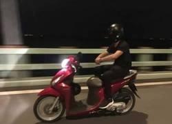 Enlace a Podrían multar al conductor por ir sin casco