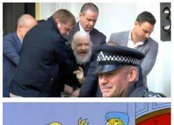 Enlace a La policía británica detiene a Julian Assange en la embajada en la embajada ecuatoriana en Londres