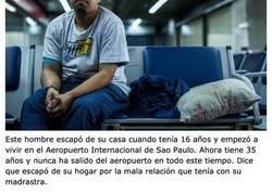Enlace a Personas que tuvieron que quedarse a vivir en un aeropuerto