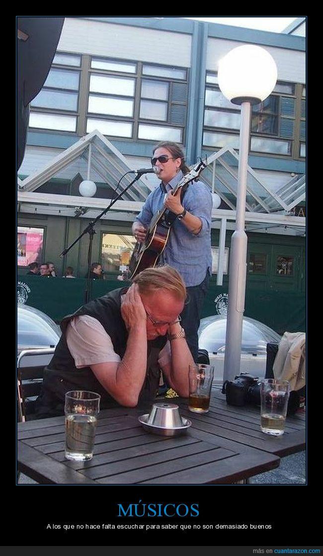 músico,tapándose los oídos,tocando