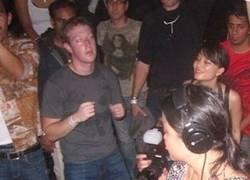 Enlace a Mark Zuckerberg intentando pasar por humano en una foto de archivo