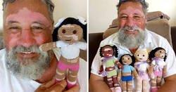Enlace a Este abuelo con vitiligo teje muñecas de ganchillo para que los niños con este problema se sientan mejor