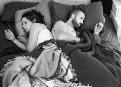 Enlace a Este fotógrafo ha eliminado los 'smartphones' de las fotos para mostrarnos nuestro extraño y solitario mundo