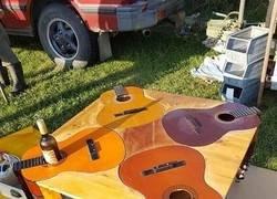 Enlace a Obra maestra hallada en una venta de garaje [ MESA - Hecha con guitarras acústicas ]