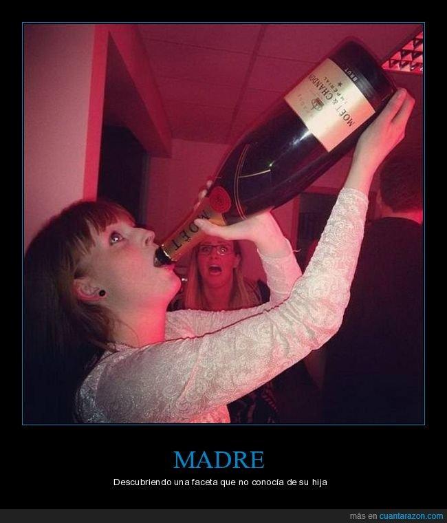 bebiendo,botella,hija,madre