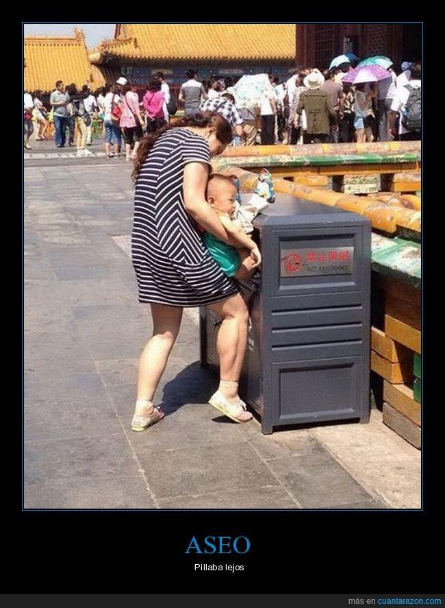 cagando,madre,madre del año,niño,padres del año,papelera