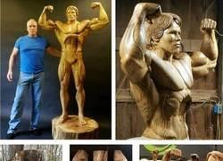 Enlace a Arnold Schwarzenegger inmortalizado a tamaño natural en una talla de madera del tronco de un solo árbol