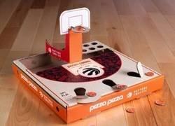 Enlace a Esta pizzería ha transformado sus cajas en un juego de baloncesto en miniatura