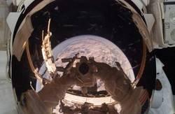 Enlace a La Tierra reflejada en el casco del fotógrafo