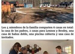 Enlace a Esta familia construyó una pequeña aldea privada con casitas para sus hijos adolescentes, y enseñan cómo son por dentro