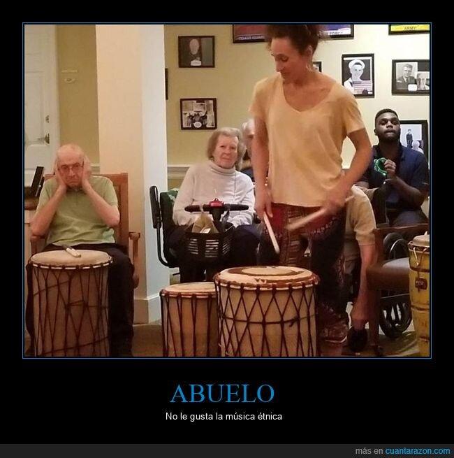 abuelo,música,tapándose los oídos