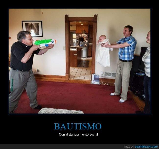 bautismo,bebé,coronavirus,cura,distanciamiento social,pistola de agua