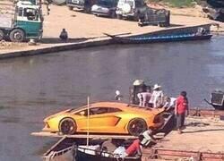 Enlace a Si fuera el dueño de ese coche estaría algo preocupado...