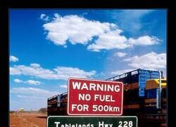 Enlace a Más te vale llevar gasolina de sobra si ves uno de estos carteles