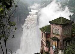 Enlace a La casa frente a la cascada