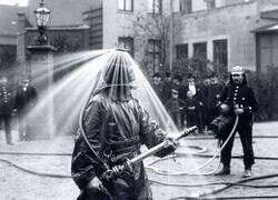 Enlace a Demostración pública del casco de bombero de König con lanzador de agua