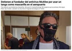 Enlace a John McAffee la lía en el aeropuerto