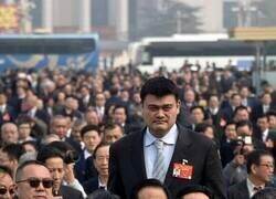 Enlace a Un hombre que destaca entre la multitud