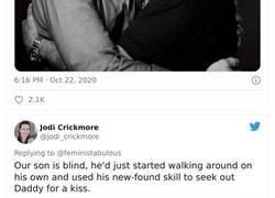 Enlace a Los trolls dicen que esta foto de Joe Biden con su hijo no es apropiada, y la gente responde con fotos similares para demostrar que no es así