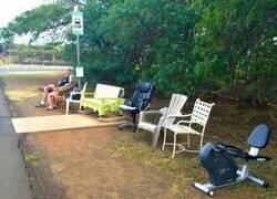 Enlace a A falta de asientos, los vecinos llevaron los suyos