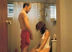 Enlace a Cuando solo hay un baño y los dos tenéis muchas ganas