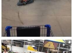 Enlace a Personas paseando por Walmart de formas realmente extrañas