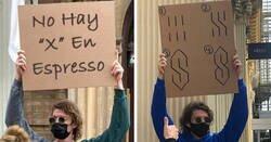 Enlace a El hombre de los carteles sigue protestando contra molestas cosas cotidianas con divertidos carteles