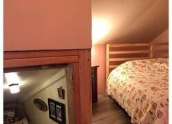 Enlace a Este hombre transformó un espacio vacío tras la pared en un diminuto dormitorio para su gato