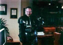 Enlace a Extraña foto de Spielberg disfrazado de Darth Vader