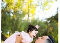 Enlace a Este hombre recreó la sesión de fotos con su difunta mujer embarazada pero con su hija de 1 año